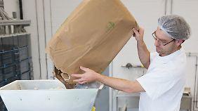 Meist beginnt die Produktion veganer Bouletten mit einem Sack voll Sojamehl.