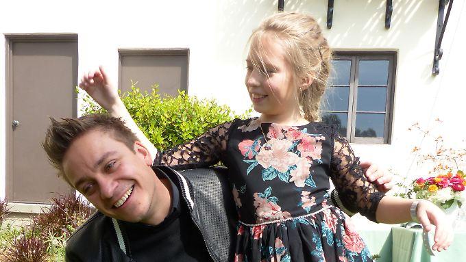 Der deutsche Regisseur Patrick Vollrath albert beim Empfang der deutschen Oscar-Anwärter in der Villa Aurora in Los Angeles (USA) mit seiner 10-jährigen Hauptdarstellerin Julia Pointer aus Wien rum.