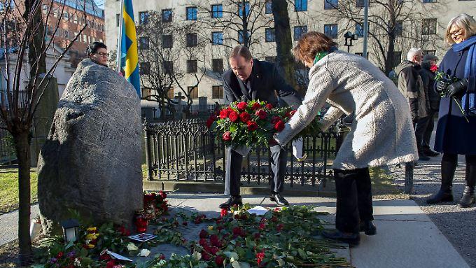Ministerpräsident Stefan Löfven am Grab von Olof Palme.