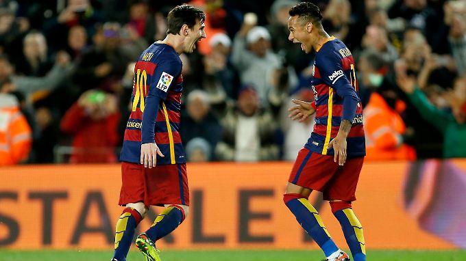 Neymar (r.) feiert zusammen mit Torschütze Messi den Ausgleich.