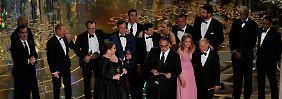 """Bester Film: Das """"Spotlight""""-Team feiert seinen überraschenden Triumph bei der Verleihung der Oscars."""