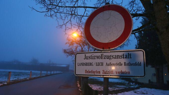 """Freilassung bei Nacht und Nebel: Vor der """"Außenstelle Rothenfeld"""" der JVA Landsberg warten Reporter vergeblich."""