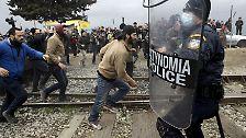 Dann greift auch die griechische Polizei ein, die sich zunächst zurückgehalten hatte.