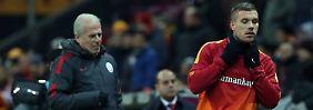 Der eine geht, der andere bleibt: Mustafa Denizli und  Lukas Podolski.