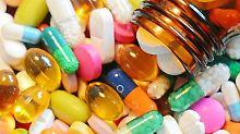 Bunte Pillen und Tabletten liegen auf einem Tisch. Seit rund einem halben Jahr ist die Frauen-Lustpille Addyi, die oft als «Pink Viagra» bezeichnet wird, in den USA erhältlich. Laut einer Studie ist die Wirkung gering, die Nebenwirkungen dagegen sind deutlich. Foto: Matthias Hiekel/Archiv/Symbolbild