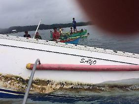 """Die """"Sayo"""" bei der Bergung durch philippinische Fischer - fast einen Monat nach ihrer ersten Entdeckung (Amateueraufnahme)."""