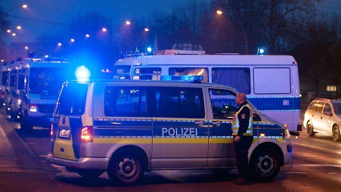 Nach der Verfolgungsjagd muss die Polizei die Kreuzung Landsberger Allee/Rhinstraße zum Teil absperren.
