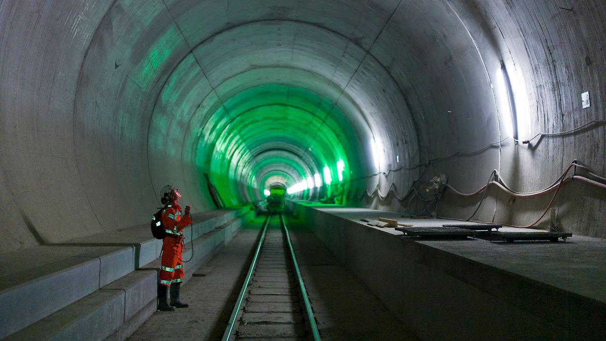 Der Längste Tunnel Der Welt Durchstich Am Gotthard Basistunnel N