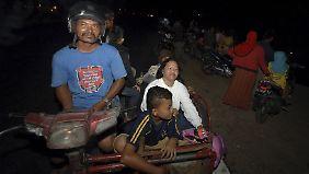 Aus Angst vor einem Tsunami bringen sich die Menschen in Padang in höheren Lagen in Sicherheit.