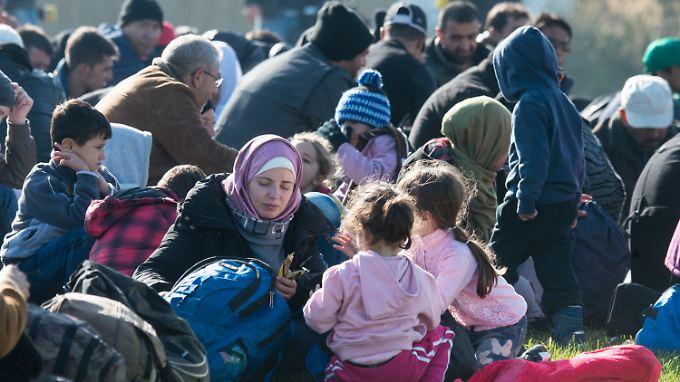 2016 werden erneut bis zu eine Million Flüchtlinge erwartet. Das Bamf wird voraussichtlich jedoch nur 500.000 Neuanträge bearbeiten können. Der Rest bleibt liegen.