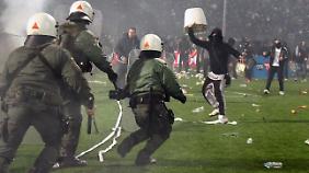 Polizisten gegen Hooligans - der griechische Fußball wird erneut durch gewaltsame Szenen erschüttert.