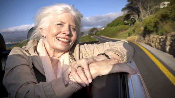 Je älter Frauen werden, umso glücklicher fühlen sie sich - zumindest statistisch.