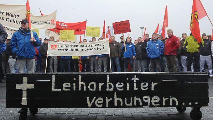 Leiharbeit ist stark umstritten: Hier wehren sich die Mitarbeiter eines VW-Werks bei einer Demonstration gegen die Arbeitsbedingungen.