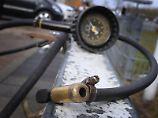 Der richtige Reifendruck kann einen großen Unterschied bei Fahrverhalten und Bremssicherheit bringen. Foto: Karl-Josef Hildenbrand