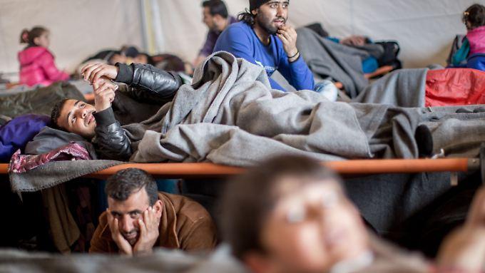 Für Tausende Flüchtlinge ist die Reise mittlerweile an der griechisch-mazedonischen Grenze vorbei - sie werden nicht als Kriegsflüchtlinge eingestuft.