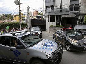 Polizeieinsatz in Sao Paulo vor einem Haus des früheren Präsidenten: Die Ermittler sind mit zahlreichen Beamten im Einsatz.
