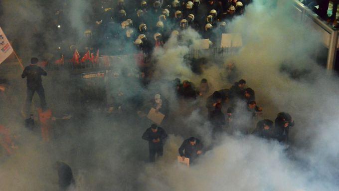 """Kontrolle auf Erdogan-Art: Polizei stürmt regierungskritische """"Zaman""""-Redaktion"""