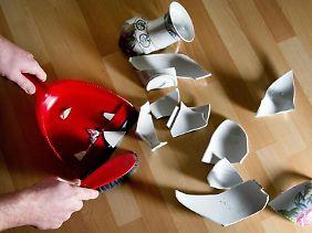 Die Scherben der zerbrochenen Vase fegt man idealerweise gleich auf, damit sich keiner verletzt. Wichtig: Vorher sollte man den Schaden mit einer Kamera dokumentieren, um die Bilder dem Versicherer zu schicken.
