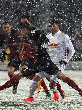 Pascal Stenzel (l.) von Freiburg und Diego Demme (r.) von Leipzig kämpfen um den Ball.