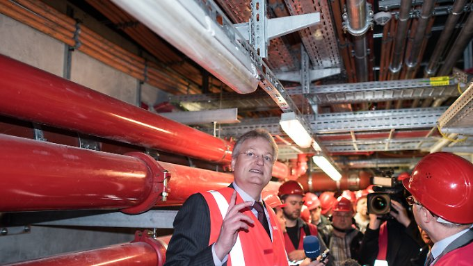 Aus einem Schreiben von Technikchef Jörg Marks (li.) geht hervor, dass es Nachbesserungsforderungen beim Brandschutz des Flughafens gibt.