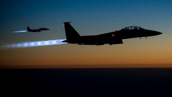 """US-Kampfjets auf dem Weg zu einem Einsatz über Syrien: Ein Luftschlag am Freitag galt """"Omar dem Tschetschenen""""."""