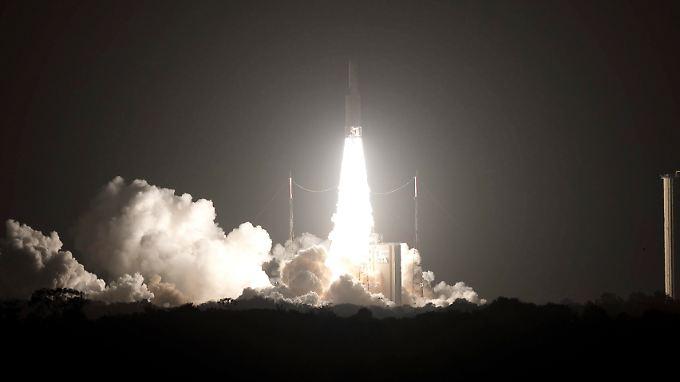 Taghell leuchtet der Flammenschweif von Flug VA229: Die Ariane 5 hebt planmäßig ab.