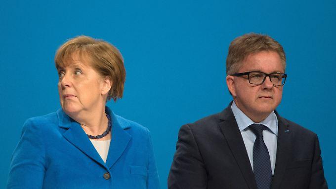 Wolfs Haltung zur Kanzlerin ist schwierig, weil sein politischer Gegner, der grüne Winfried Kretschmann, voll auf ihren Kurs eingeschwenkt ist.