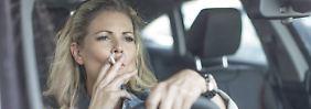 Mit Kippe hinterm Steuer: Ist Rauchen im Auto noch erlaubt?