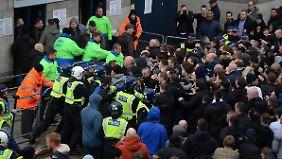 Vor dem BVB-Stadion kommt es zu Ausschreitungen der Polizei mit Spurs-Fans.