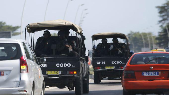 Ivorische Sicherheitskräfte auf dem Weg nach Groß-Bassam