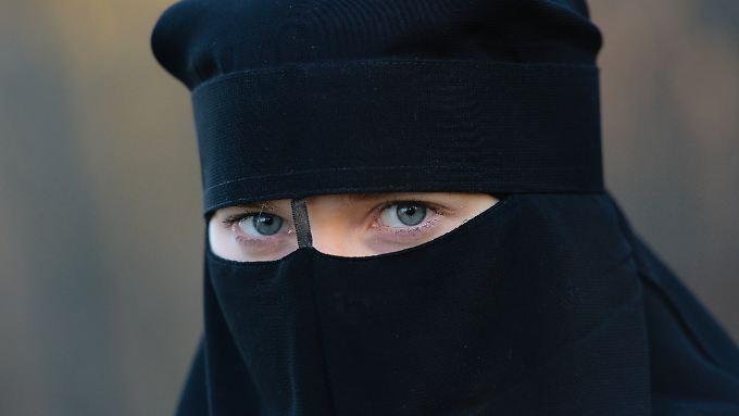 Der Niqab ist ein Gesichtsschleier, der von strenggläubigen muslimischen Frauen getragen wird.