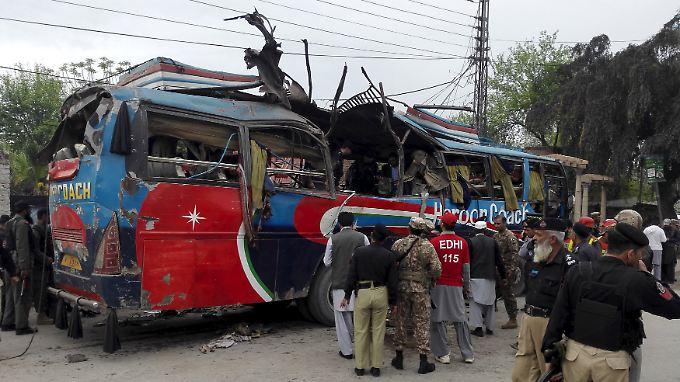 Rettungskräfte befreiten die Verletzten aus dem Wrack des Busses.