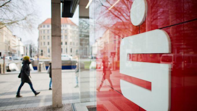 Kunden baden fehlende Gewinne aus: Sparkassen wollen kostenlose Girokonten abschaffen