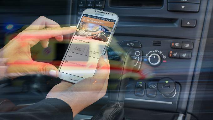 Mit dem von Autoversicherern angebotenem E-Call soll der Verkehr noch sicherer werden.