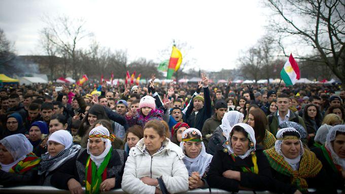 Die versammelte Menschenmenge ist enorm groß.