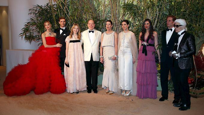 Fürst Albert inmitten seiner Familie und Modezar Karl Lagerfeld. Nur Gattin Charlène fehlt.