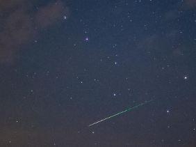 Jetzt ist die Zeit für Wünsche: Wenn es dunkel genug ist, kann man derzeit viele Sternschnuppen am Nachthimmel sehen.