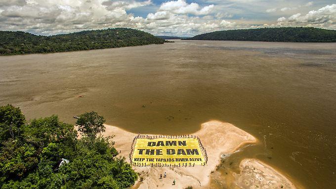 Fast acht Kilometer lang ist der geplante Staudamm. Viele Demonstranten gehen gegen das Projekt vor.