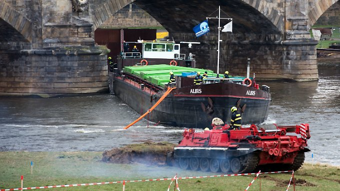 """Ein Bergepanzer bringt die """"Albis"""" wieder ins richtige Fahrtwasser."""