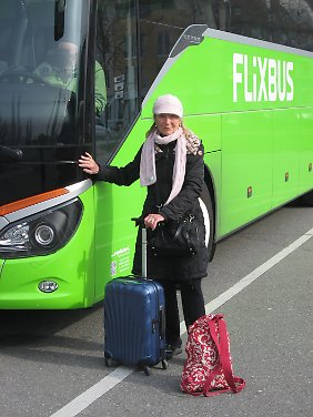 Ohne den portablen DVD-Player im roten Rucksack verreist Vera von Boetticher nicht.