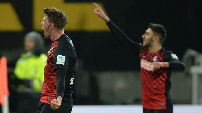 Torschütze Maik Frantz (l.) und Vincenzo Grifo geben den Kurs von Freiburg vor: zurück nach oben ins Fußball-Oberhaus.