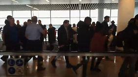 """Nach Explosionen """"brach Panik aus"""": Reporter berichtet von Evakuierung am Flughafen Brüssel"""