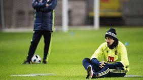 Ibrahimovic soll sich entspannen. Er wird der Schweden-Elf gegen die Türkei fehlen - falls das Spiel überhaupt stattfindet.