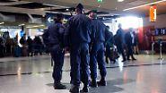 Die belgische Regierung geht davon aus, dass mögliche Attentäter noch in Brüssel unterwegs seien.
