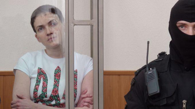 Schwer bewacht im Glaskäfig: Nadeschda Sawtschenko während der Verhandlung in Donezk.