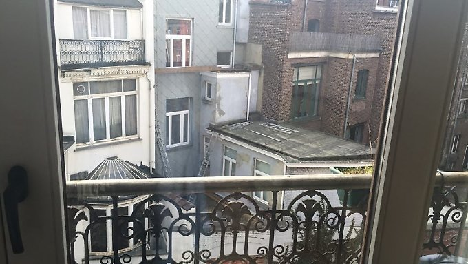 Was vor Ihrer Tür geschieht, kann Marie nur aus dem Fenster beobachten, ansonsten informiert sie sich im Netz über die Lage.