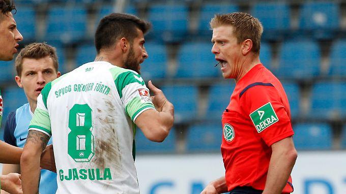 Referee Robert Schröder war im Zweitligaspiel zwischen Bochum und Fürth eine Respektsperson, der es am Respekt der Spieler mangelte.