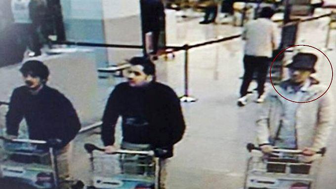 Klar ist nur, dass der mittlere Mann auf dem Bild der Überwachungskamera Ibrahim al-Bakraoui ist. Zu dem Mann links haben die Ermittler noch keine Erkenntnisse. Von dem rechts hieß es lediglich, er werde gesucht.