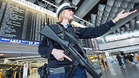 Eine Polizistin mit Maschinengewehr am Frankfurter Flughafen