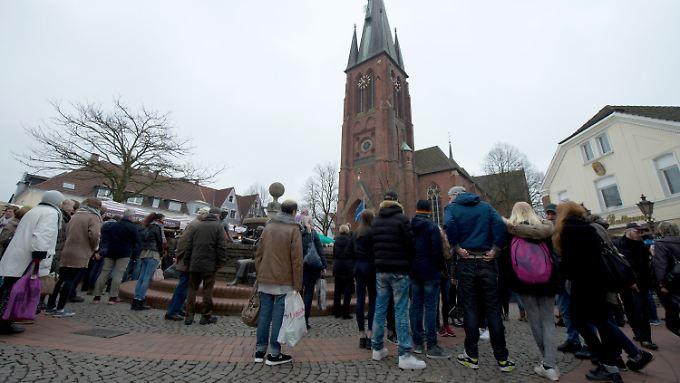Auf dem Platz vor der St. Sixtus Kirche erinnern die Menschen an die Opfer.